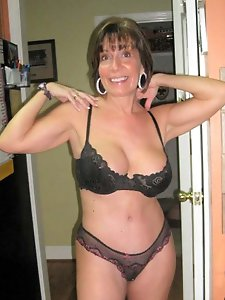 Mature moms exposing their hot body on pictures